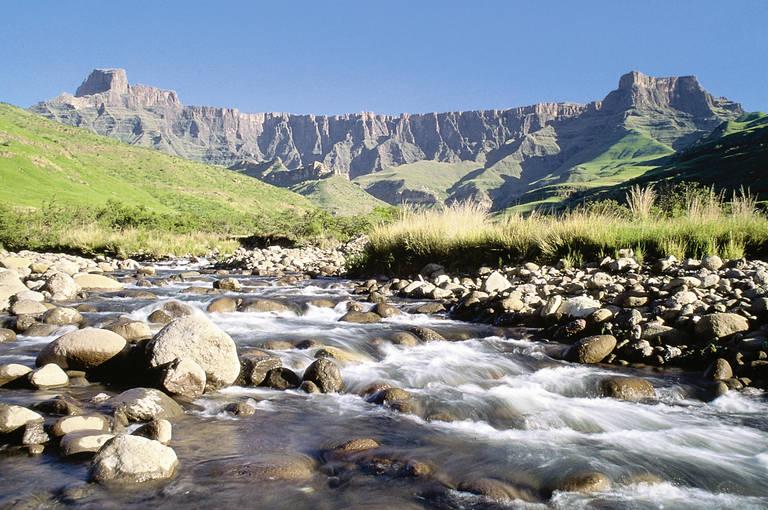 Uitzicht op de bergen en rivieren in Drakensbergen