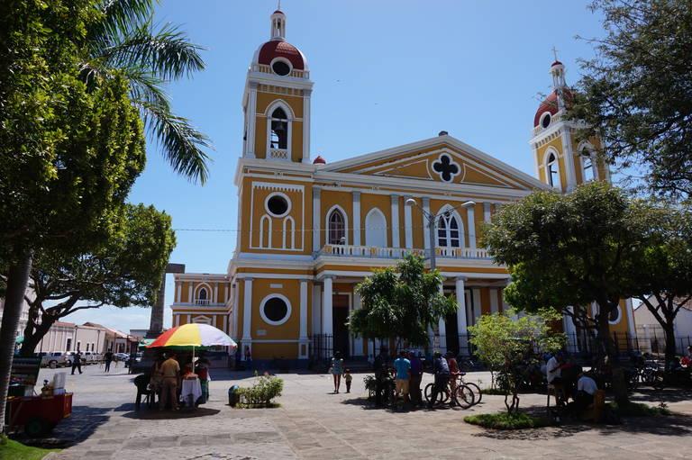 Nicaragua met kinderen Grenada kerk